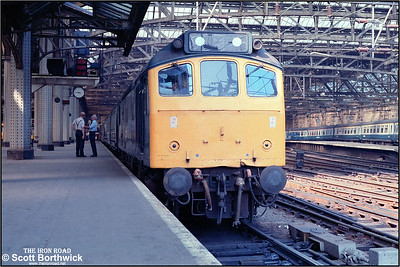 25084 awaits departure from Glasgow Central with 1M89 1550 Glasgow Central-Carlisle on 22/07/1983.
