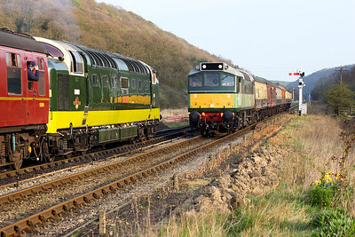 D7628 (25278) approaches Levisham on 20/04/2007 with 2G24 1750 Pickering-Grosmont and passes D9009 (55009) working 2P19 1720 Grosmont-Pickering.