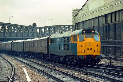 31135 arrives at London Paddington during a downpour on 25/03/1985 with 3A03 1340 Bristol Temple Meads-London Paddington mail vans.
