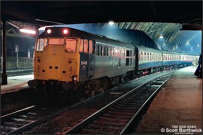 31439 awaits departure from London Paddington with 1F34 1708 London Paddington-Oxford on 20/11/1984.