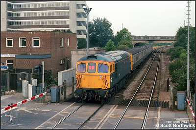 33118 propels 2V32 1008 SuO Portsmouth Harbour-Reading General away from Cosham on 10/08/1986.