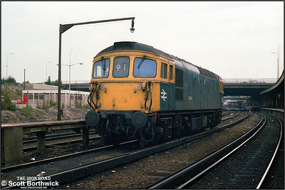 33106 stands at Bournemouth prior to working 1W23 1130 London Waterloo-Weymouth forward of Bournemouth on 10/08/1986.