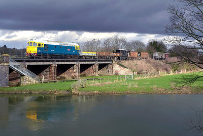 33065 crosses the River Nene at Wansford with a short PW train on 24/02/2007.