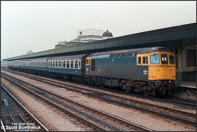 33211 awaits departure at Cardiff Central with the 1055 Cardiff Central-Portsmouth Harbour on 15/09/1986.