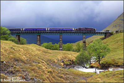 37401 crosses the southern viaduct in the Horse Shoe Curve whilst working 1Y11 0450 Edinburgh Waverley-Fort William on 24/05/2006.