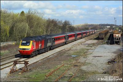 43079/43091 race past Kingsbury Sdgs whilst forming 1V46 0740 York-Swansea on 19/03/2002.