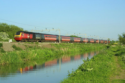 43122/43097 form 1D88 1725 London Euston-Holyhead 'Welsh Dragon' seen running alongside the Oxford Canal at Ansty on 18/05/2004. This was the final week that this train was formed of HST stock.