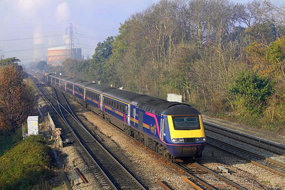 43189/43187 form 1L40 0734 Carmarthen-London Paddington passing Didcot East Jnct 37 minutes on 21/11/2005 late due to over running engineering works.