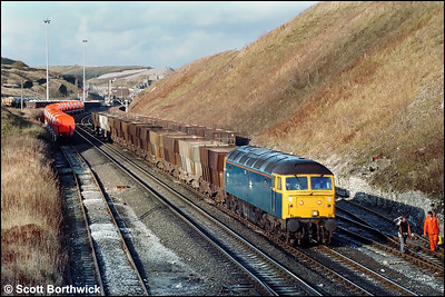 47258 passes Peak Forest South with 6H40 0917 Collyhurst Street-Great Rocks limestone etys on 20/11/1986.