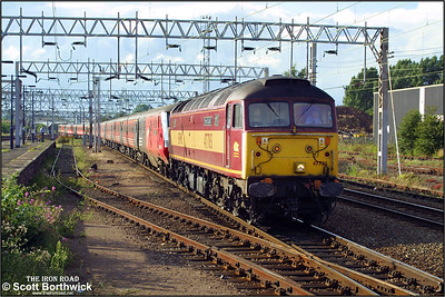 47785 'Fiona Castle' drags 1A65 1649 Wolverhampton-London Euston into Nuneaton on 19/08/2001, 87007 'City of Manchester' & 87005 'City of London' are dead on the rear.