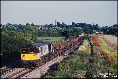 58041 provides the power for 6M28 1757 Didcot Yard-Bescot Yard passing Kings Sutton on 26/07/2001.