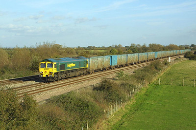 66527 passes Denchworth on 05/11/2001 with 4V60 1105 Calvert-Bristol Barrow Road, returning the Avon County Council containers from the Buckinghamshire landfill site for loading with another trainload of refuse.