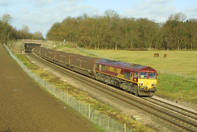 66072 sweeps through Besford on 05/12/2001 whilst working 4V27 1033 Longbridge East-Swindon Rover Group.