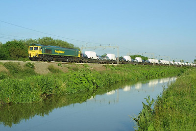 66525 hauls 4M26 1441 Dagenham-Crewe Gresty Lane at Ansty on 07/06/2004.