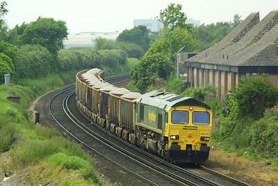 66517 provides the traction for 7V36 1038 SX Q Southampton Western Docks-Westbury VQ as it approaches Eastleigh on 28/05/2004.