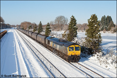 Running 68 minutes late, 66304 passes Hinksey with 6Z37 0923 Daw Mill Colliery-Didcot Power Station on 07/01/2010.