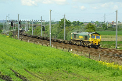 66533 heads a very lightly loaded 4Z22 1433 SO Leeds FLT-Crewe Basford Hall at Winwick Jnct on Saturday 15/05/2004. The train was photographed running three hours early at 1410, still some 25 minutes before its booked departure time.
