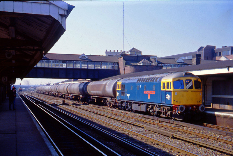 33027, up tanks, Eastleigh, 14-4-82.