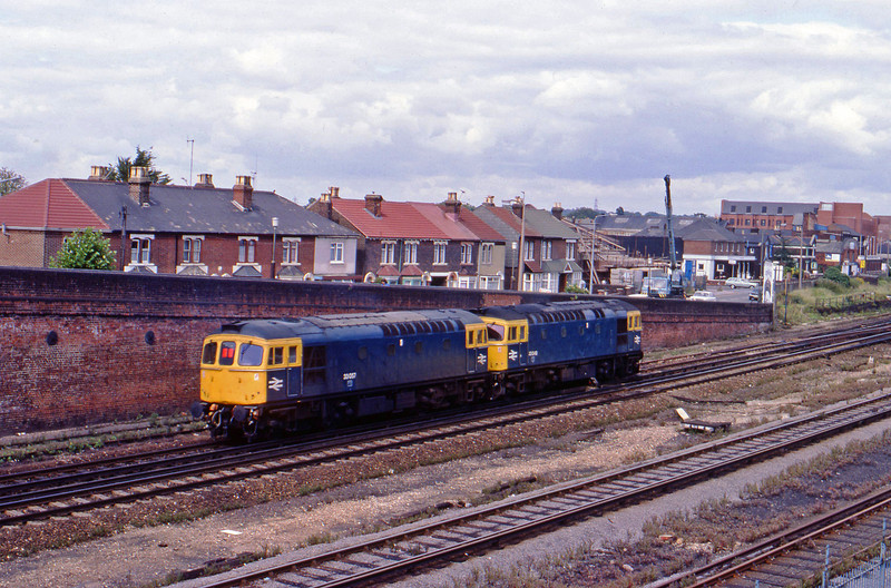 33049/33057, down light, Eastleigh, 20-8-82.