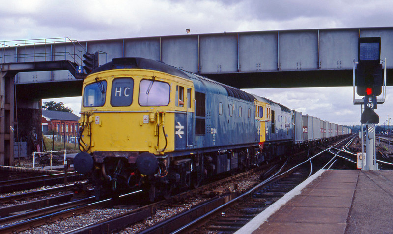 33104/33027, down containers, Eastleigh, 21-8-82.