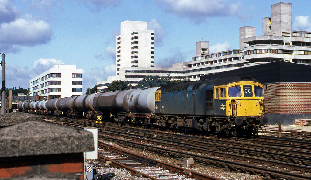 33118, up tanks, Southampton Central, 20-8-82.