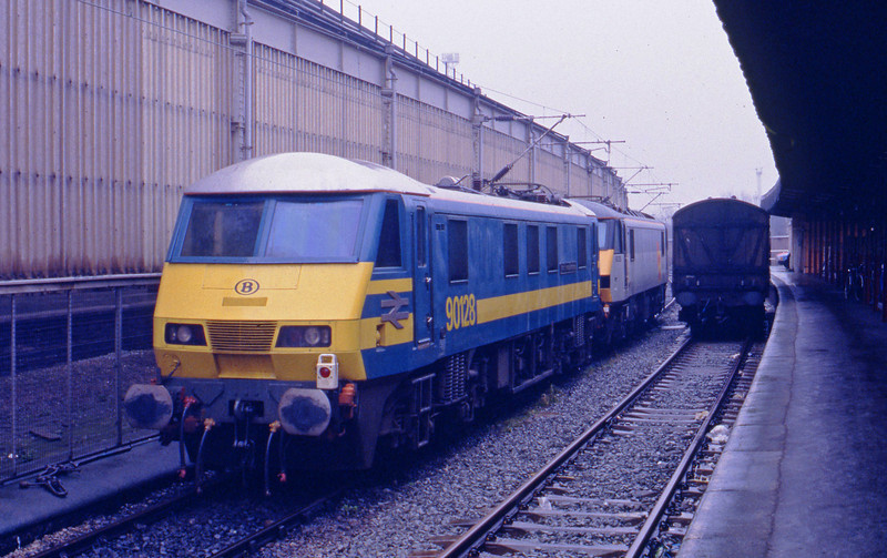 90128/90126, stabled, Crewe, 27-1-93.