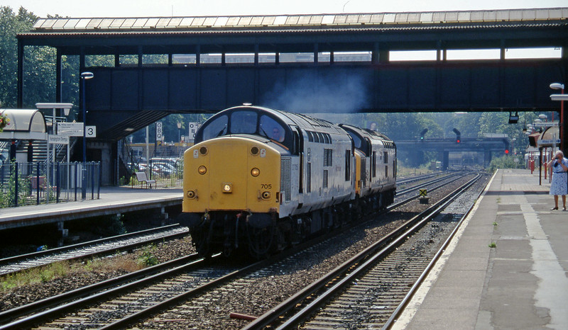 37705/37667, northbound light, Kensington Olympia, 19-7-96.