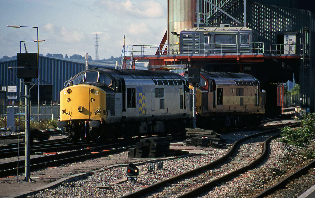 37719/37695, running round, Avonmouth Bulk Handling Terminal, 14-7-98.
