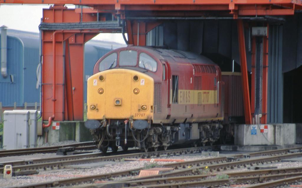 37707, running round 07.08 Didcot Yard-Avonmouth Bennett's Siding, Avonmouth Buylk Handling Terminal, 6-5-98.