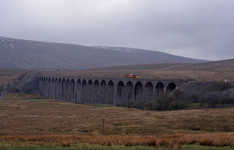 60045, down light, Ribblehead Viaduct, 15-4-99.