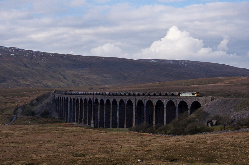 60055, up mgr, Ribblehead Viaduct, 15-4-99.