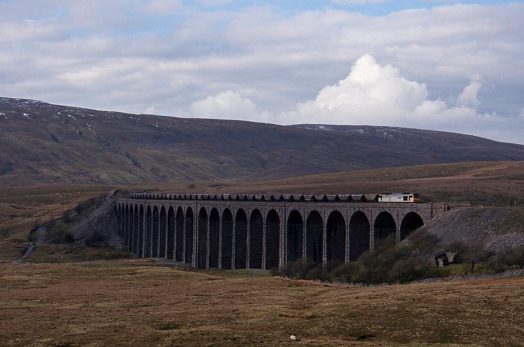 60055, up mgr, Ribblehead Viaduct, 15-4-99.