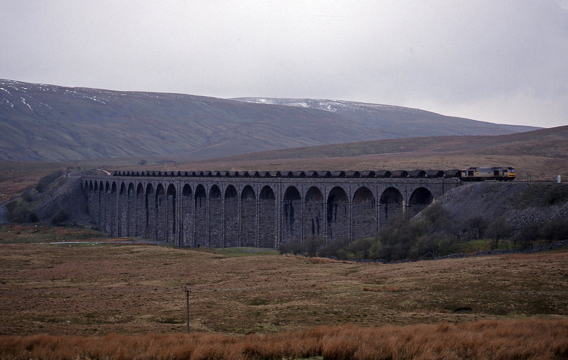 60060, up mgr, Ribblehead Viaduct, 15-4-99.