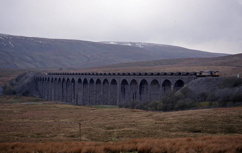 60060, up mgr, Ribblehead Viaduct, 15-4-99.
