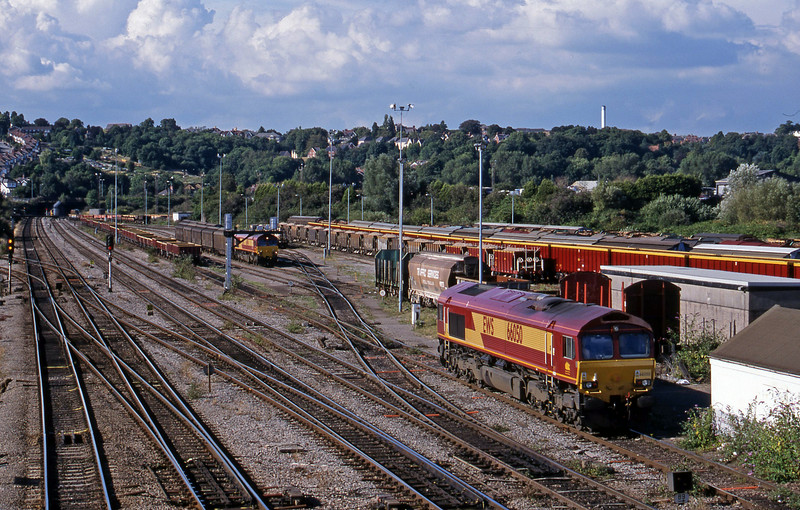 66050, uncoupled from down departmental; 66096, shunting 16.20 Avonmouth Bulk Handling Terminal-Warrington Arpley.Newport Alexandra Dock Junction, 3-8-99.
