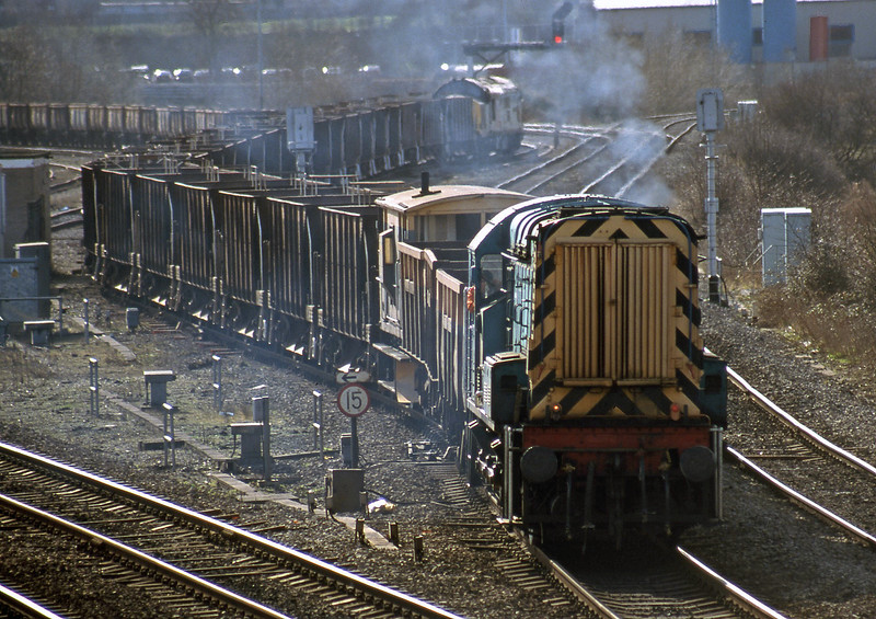 08904 dragging 37671 from Didcot Yard with  westbound departmental, Didcot North Junction, 23-2-99.