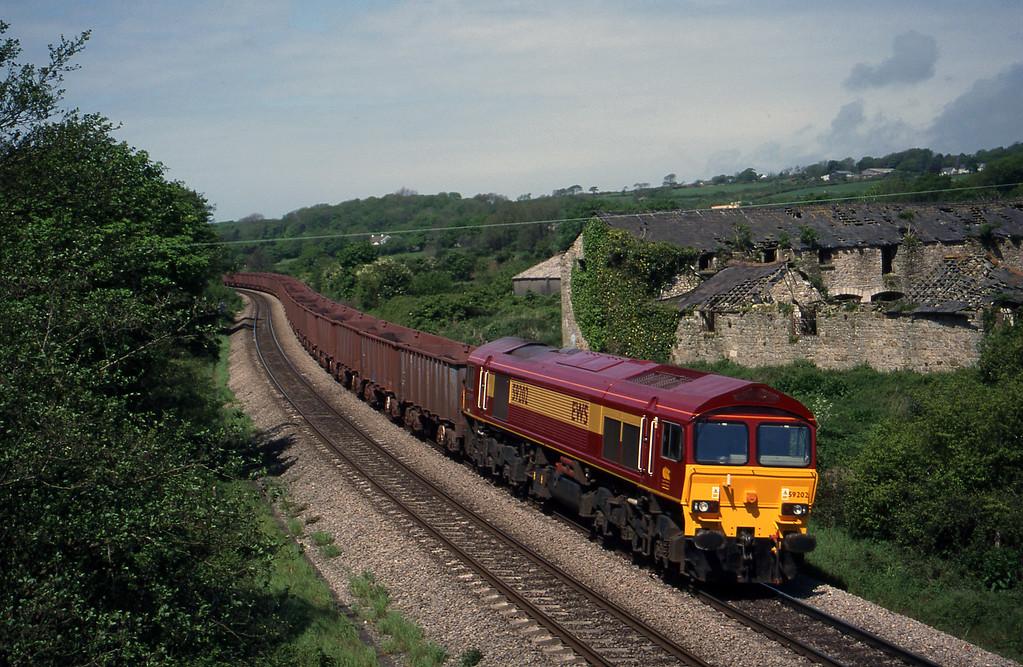 59202, 11.02 Port Talbot-Llanwern, Llangewydd Court Farm, near Bridgend, 11-5-99.