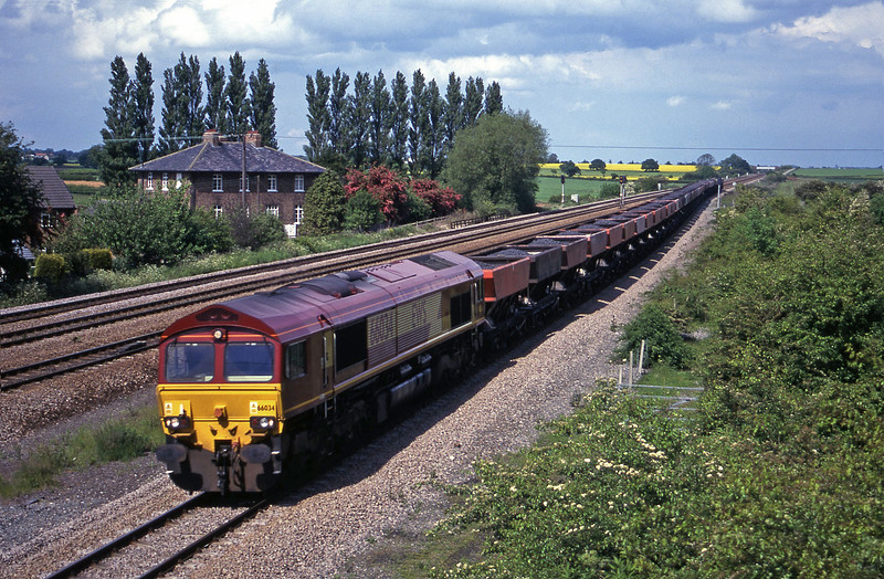 66034, 12.11 Redcar-Scunthorpe, Bolton Percy, near York, 30-5-00.