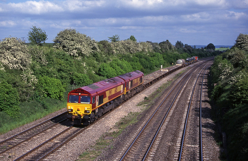 66215/66146, 14.51 Eastleigh Yard-Didcot Yard and 15.19 Eastleigh Yard-Mossend, South Moreton, near Didcot, 16-5-00.