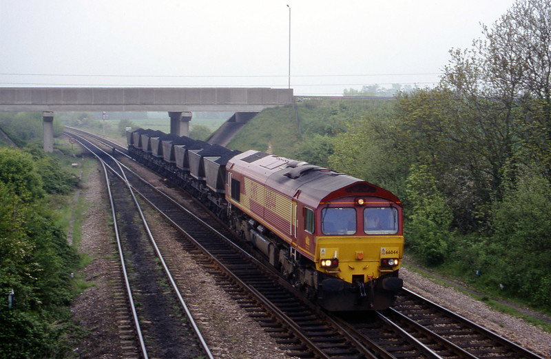 66044, southbound coal to Didcot Yard, Didcot North Junction, 9-5-00.