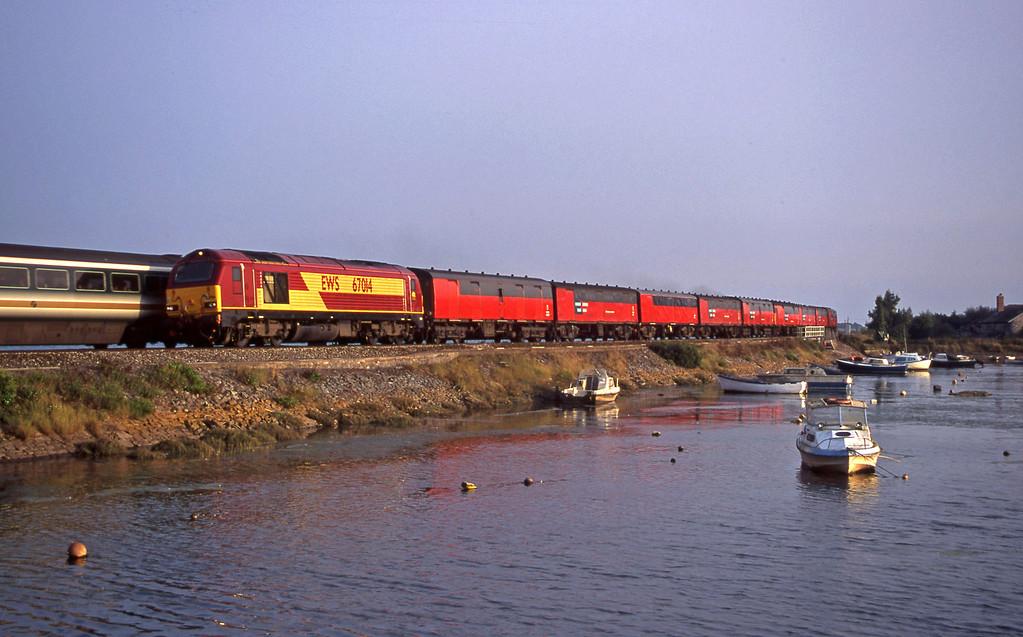 67014, 17.23 Plymouth-Low Fell, Cockwood Harbour, near Starcross, 11-9-00, passing HST, 15.33 London Paddington-Penzance.