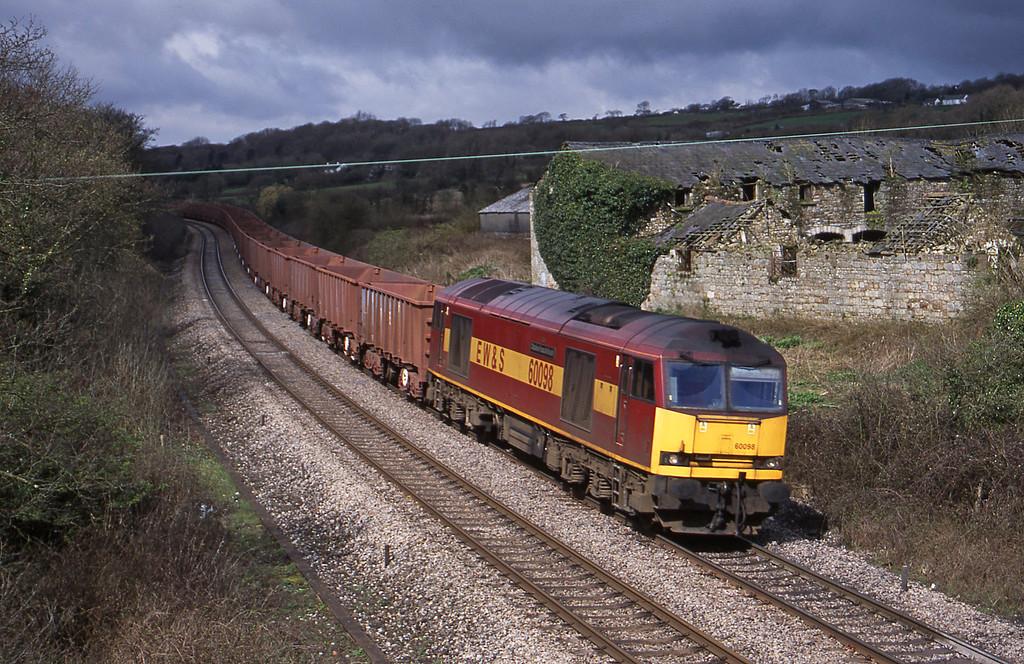 60098, 11.02 Port Talbot-Llanwern, Llangewydd Copurt Farm, near Bridgend, 10-4-01.