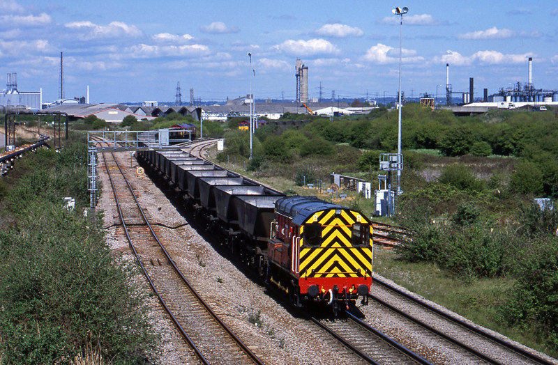 08500, pilot to 66238 on down mgr empties to Avonmouth Bennett's Siding, Hallen Marsh Junction, Avonmouth, 30-4-01. 66241 in background on empties