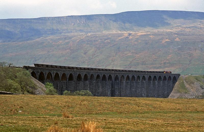 66071, 10.01 Milford Sidings-Ayr, Ribblehead Viaduct, 22-5-01.