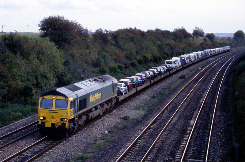 66525, 11.13 Southampton-Crewe Basford Hall, South Moreton, near Didcot, 16-10-01.