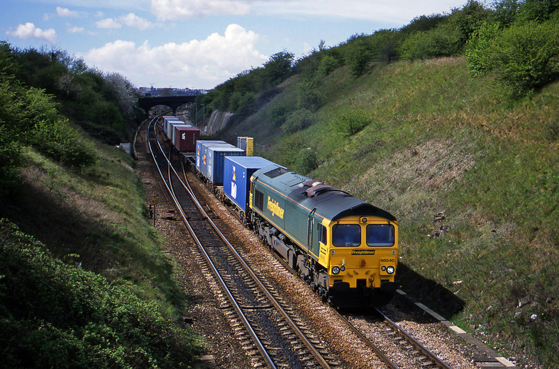 66540, Cardiff Pengam-Southampton, Stoke Gifford, Bristol, 18-4-02.