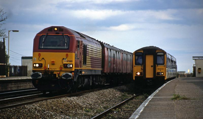 67005, 17.23 Plymouth-Low Fell, 150233, 17.25 Paignton-Exmouth, Dawlish Warren, 19-4-02.