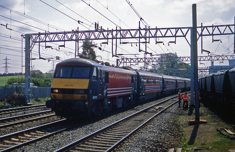90010, 09.55 London Euston-Manchester Piccadilly, Rugeley Trent Valley, 23-4-02.