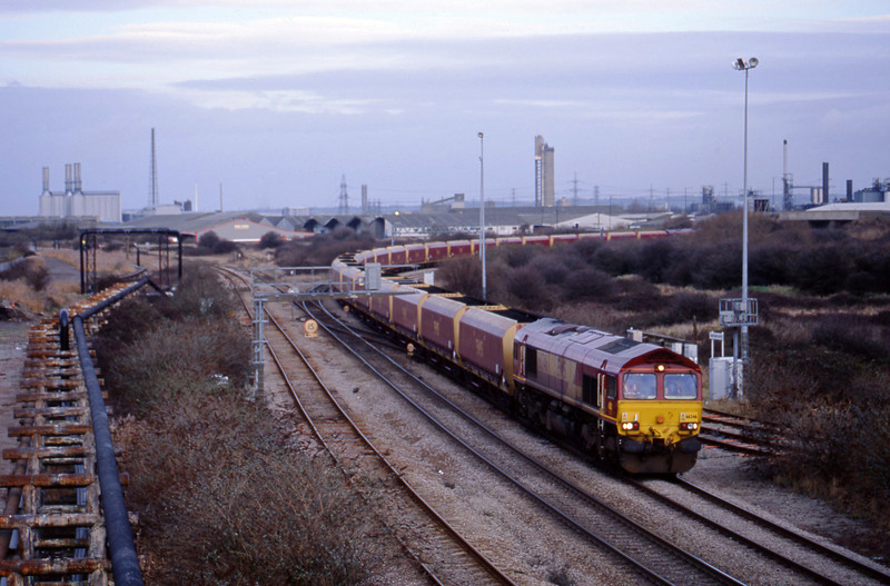 66246, rescuing 13.05 Avonmouth BHT-Didcot PS, Hallen Marsh Junction, Avonmouth, 22-1-02. Failed 66020 on rear.