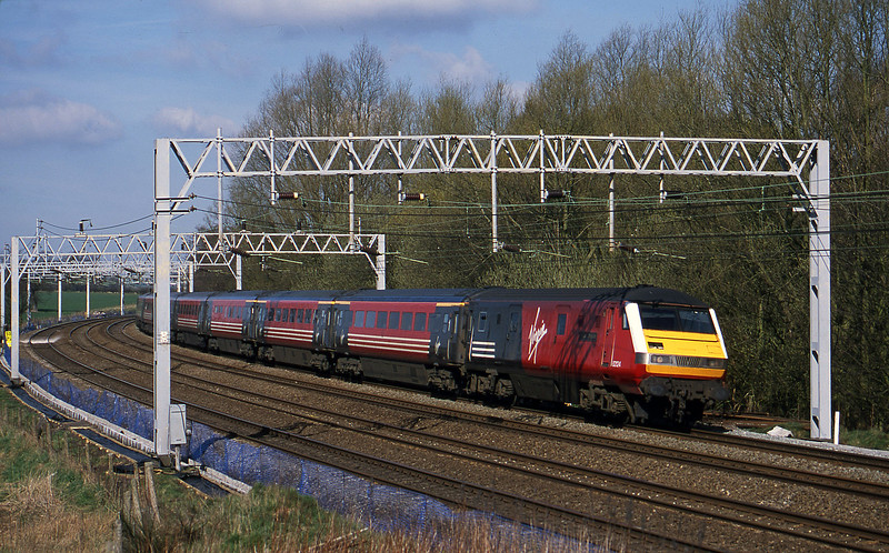 82124/87034, 09.43 Liverpool Lime Street-London Euston, Heamies Farm, near Eccleshall, Staffs, 26-3-02.